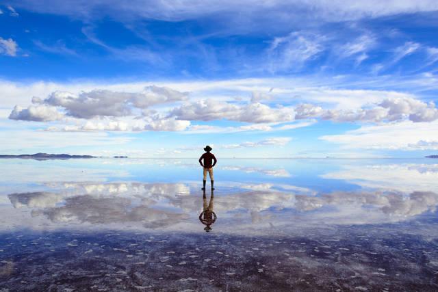 その様子は「天空の鏡」と呼ばれるほどです。ウユニ塩湖は「世界でいちばん平らな所」と言われており、高低差が少ないためこのような絶景が生まれるのです。