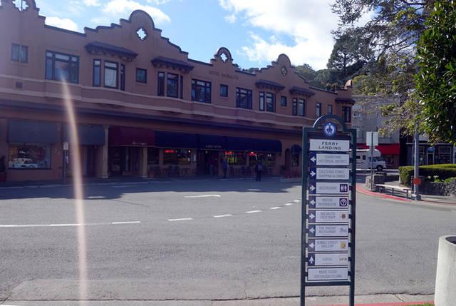 フェリー乗り場近くは、カフェやレストランが並んでいます