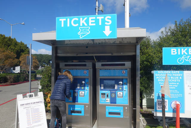 チケットの自動販売機。ここでチケットを買います。
