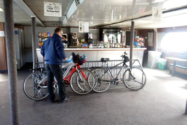 乗船後、自転車は並べて立てかけて駐輪します。